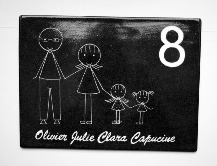 plaque de maison personnalis e avec pr noms en couleur noir ou gris fonc claudia ladri re. Black Bedroom Furniture Sets. Home Design Ideas