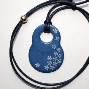 pendentif medaillon collier bleu petites fleurs claudia ladriere