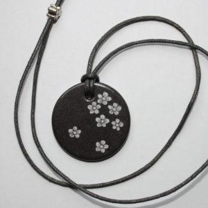 pendentif medaillon collier gris petites fleurs claudia ladriere