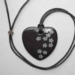 pendentif medaillon collier gris petites fleurs claudia ladriere1