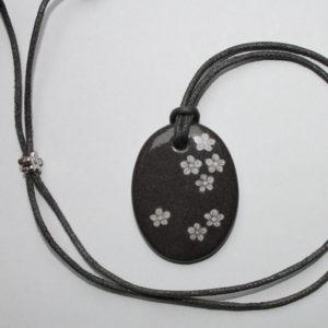pendentif medaillon collier gris petites fleurs claudia ladriere2
