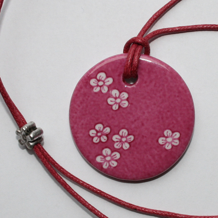 pendentif petites fleurs petit rond rose claudia ladri re cr ations. Black Bedroom Furniture Sets. Home Design Ideas